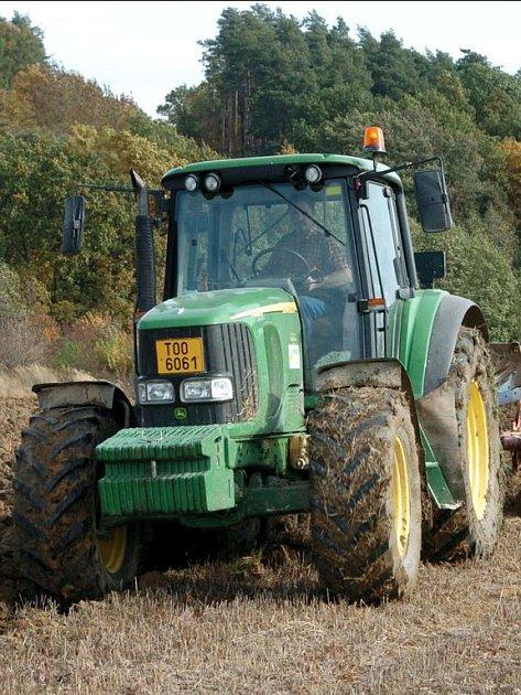 Drobní farmáři se kvůli spekulantům, kterým nejde o hospodaření, ale tučné evropské dotace, nemohou k půdě dostat. Podnikatelé je v dražbách přeplatí.