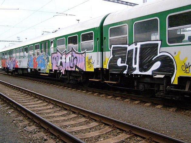 Vlak přes noc změnil design. Policisté pátrají po sprejerovi