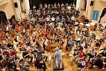 Pod taktovkou dirigenta Jiřího Bělohlávka se v Poličce připravoval Symfonický orchestr Pražské konzervatoře.