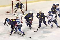 POSLEDNÍ BULY. Po tomto vhazování v útočném pásmu se kotouče chopili hostující hokejisté a snadnou střelou do prázdné litomyšlské branky zpečetili svoje zasloužené vítězství.