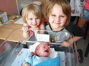 ROBIN HORÁK. Rodina Renáty, Radka, sedmileté Natálie a tříleté Romany z Pacova se od 3. července 7.42 hodin raduje z narození chlapce. Sestřičky mu navážily 2,8 kilogramu.