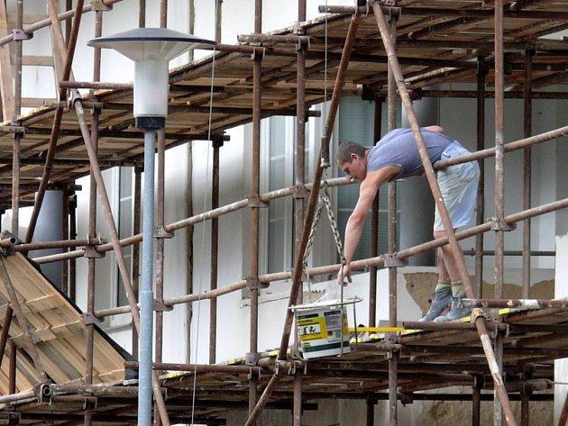 Oprava bytovky na Větrné ve Svitavách vrcholí. Radní nehodlají riskovat a kvůli špatnému počasí odložili dokončení rekonstrukce na jaro.