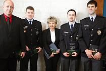 Policisté, kteří v pravý čas udělali pravou věc, se dočkali ocenění.  Zleva: Karel Pastýř, Josef Holík, Hana Suková, Bořivoj Krejsa a Michal Hock.