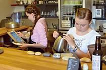NAUČIT SE. Studentky Hana a Terezie chodí na brigádu celoročně. V přípravě kávy se chtějí zdokonalit.