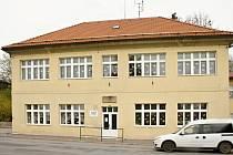 Po nové střeše z loňského roku čekají v nejbližších měsících budovu základní a mateřské školy ještě výměna oken a celkové zateplení.