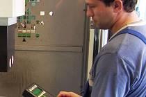 Stueken má ve stávající hale asi 80 strojů. Společnost hledá kvalifikované zaměstnance pro práci na elektroerozivním hloubícím stroi.
