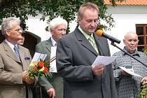 Starosta Josef Gracias uvítal na oslavách tři významné rodáky (zleva) Václava Petříčka, Dalibora Jedličku a Vladimíra Kopeckého.