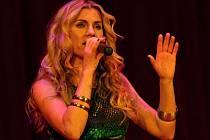 Zpěvačka Leona Machálková podpořila svým vystoupením v Divišově divadle křest benefičního kalendáře žamberského občanského sdružení Cema.