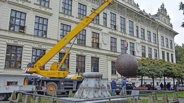 Opravený památník se vrátil na své místo
