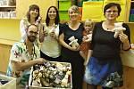 Maminky z mateřského centra Krůček předaly ve čtvrtek ve Svitavské nemocnici vlastnoručně vyrobené panenky pro malé pacienty.