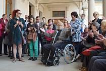 Desítky lidí se přišly podívat na zahájení výstavy na litomyšlský zámek. Mezi nimi i Olbram Zoubek, který galerii věnoval více jak sto uměleckých děl.