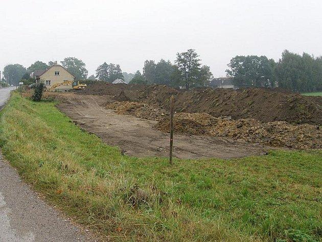 Navážená zemina je opatřením proti povodni.