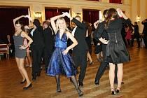 TANEČNÍ, to jsou společenské šaty, obleky, kravaty, ale také stále povinné bílé rukavičky u pánů. Dámské, pánské volenky, promenády kolem sálu i polka a waltz. Za dlouhá léta se toho jen málo změnilo.