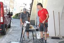 VEDRO NEVEDRO, Milan Heger s kolegou musejí pracovat.  Dláždí chodník ve svitavském podloubí.