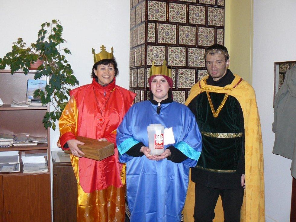 Úřady a instituce ve Svitavách obešla ředitelka charity Blanka Homolová se svými koledy v převleku za Tři krále.