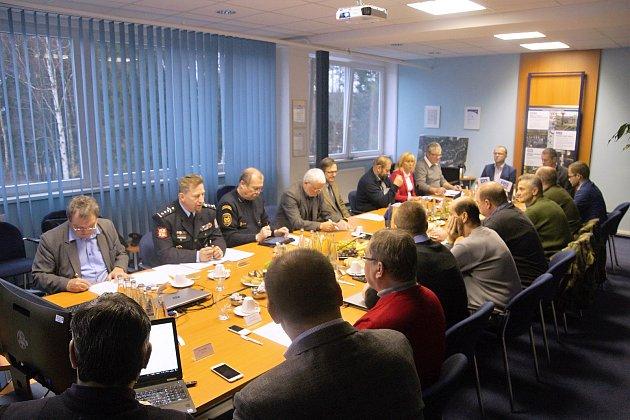 Zasedání  Bezpečnostní rady Pardubického kraje v poličských strojírnách.