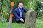 Hejtman Martin Netolický u hraničního kamenu poblíž Kukle u Svitav.