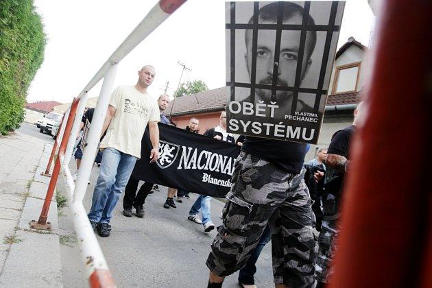 Svitavami pochodovalo pochodovalo na sto padesát příznivců odsouzeného Vlastimila Pechance, který si odpykává trest za vraždu.
