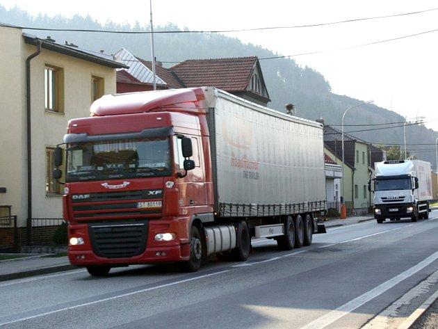 Jedno auto za druhým. Tak to vypadá na frekventované silnici I/43 v Moravské Chrastové, Březové nad Svitavou i Rozhraní. Hluk odstraní nová okna. Hustý provoz ale zůstane.
