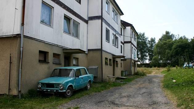 Projet autem kolem bytovek se rovná cestě po poli.