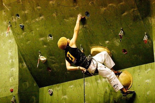 Filip Harna z Poličky na umělé stěně ve sportovní hale Na Střelnici.