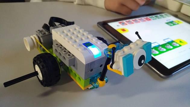 Na půdě v Poličce se procházejí roboti