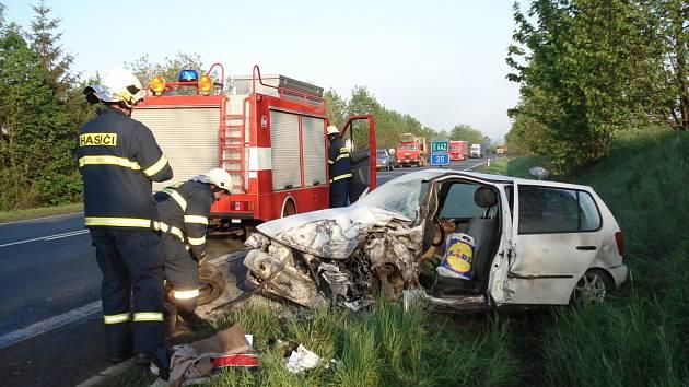 Nehoda osobního automobilu a kamionu u obce Tržek.