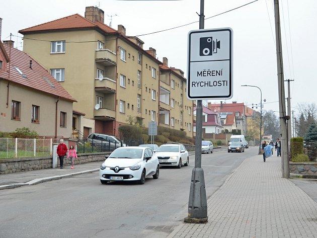 ULICE T. G. MASARYKA je jedním z míst, kde jsou umístěny radary. Zklidnění dopravy uvítají především rodiče žáků, kteří navštěvují některou ze škol v této lokalitě. Foto: Deník/ Petr Šilar