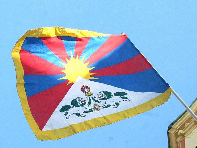 Vyvěšení vlajky připomnělo 56. výročí povstání Tibeťanů proti čínské okupaci. Zemřelo při něm v hlavním městě Lhase na 80 000 lidí.