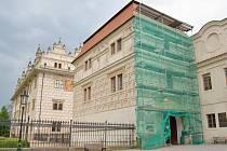 Na lešení jsou návštěvníci kulturní památky UNESCO zvyklí, i když to není nic příjemného. Opravy zdi pivovaru v Litomyšli však nepotrvají tak dlouho jako revitalizace zámeckého návrší, která skončí po pěti letech letos v červnu.