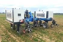 Zemědělci na poli testují roboty z Dánska
