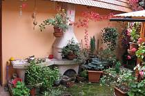 Zdi rodinného domu mých přátel skrývají nádhernou zimní zahradu s fontánkou.
