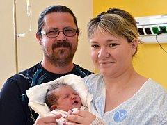 KLÁRA HOLOMKOVÁ. Narodila se 8. června Pavlíně Bednaříkové a Miroslavovi Holomkovi z Mikulče. Měřila 49 centimetrů a vážila 3,4 kilogramu. Má sestřičky Kateřinu a Lenku.