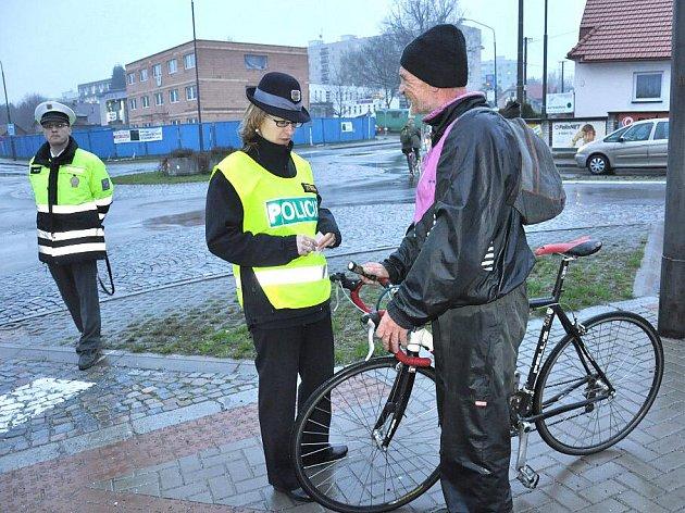 Policisté vyrážejí brzy ráno i večer do ulic a upozorňují chodce a cyklisty na nutnost osvětlení.