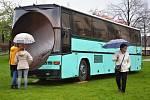 Autobus v Klášterních zahradách je součástí výstavy.