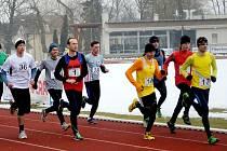 HNED PO STARTU hlavního závodu na 10 kilometrů se na špici objevili ti,  kteří v jeho celém průběhu udávali tempo a podělili se i o umístění na stupních vítězů. Vepředu je Radek Hübl (17), za ním Radim Vetchý (14) a s jedničkou na dresu běží Jindřich Král