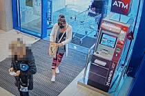Policie hledá svědkyni, která může pomoci při objasnění ztráty peněz z bankomatu.