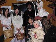 Pekelník na litomyšlském nádraží budil hrůzu. Jeho řádění napravil Mikuláš a anděl  dárky.