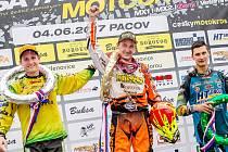 Šťastný vítěz první jízdy. Petr Bartoš za sebou nechal všechny soupeře. Druhý za ním dojel Michek a třetí byl Sukup.