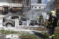 Auto začalo po nárazu do sloupu hořet. Poškozená je i fasáda domu.