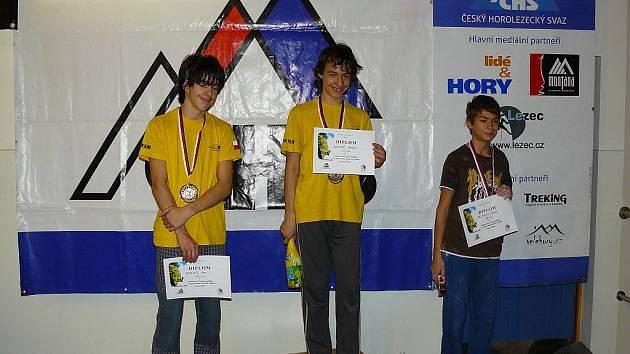 Republikový šampión ve sportovním lezení Miroslav Doseděl (na snímku uprostřed).