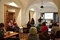 TRÉNINK PAMĚTI. V litomyšlské knihovně si lidé procvičovali mozky a rozličnými způsoby zlepšovali paměť.