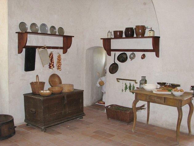 Druhý prohlídkový okruh Hradu Svojanova. Kuchyně, mučírna, bytosti z pověstí a expozice klasicistních dvěří v domě zbrojnošů.