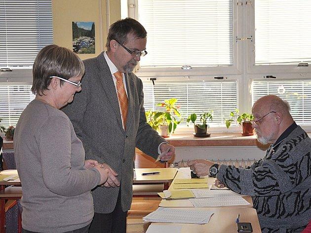 RADKO MARTÍNEK, nový senátor za Svitavsko, volil s manželkou v pátek odpoledne v Moravské Třebové.