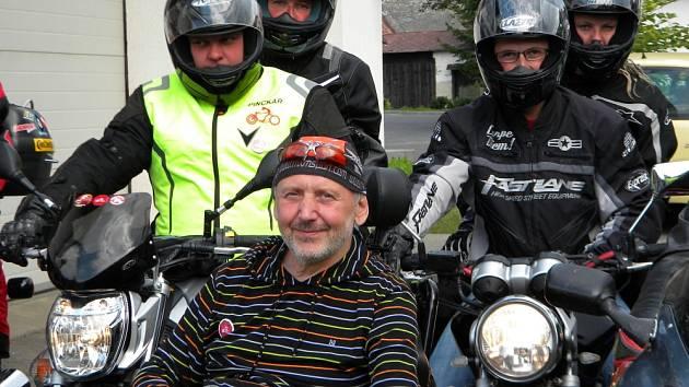PINCKAŘI se rozloučili s Jaroslavem stylově, zaburácely motorky... Znak Pinckařů Vysočina se objevil na zasklené výtahové šachtě pro zdviž, na kterou motorkáři  přispěli.
