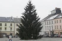 Na náměstí v Moravské Třebové už stojí vánoční strom.