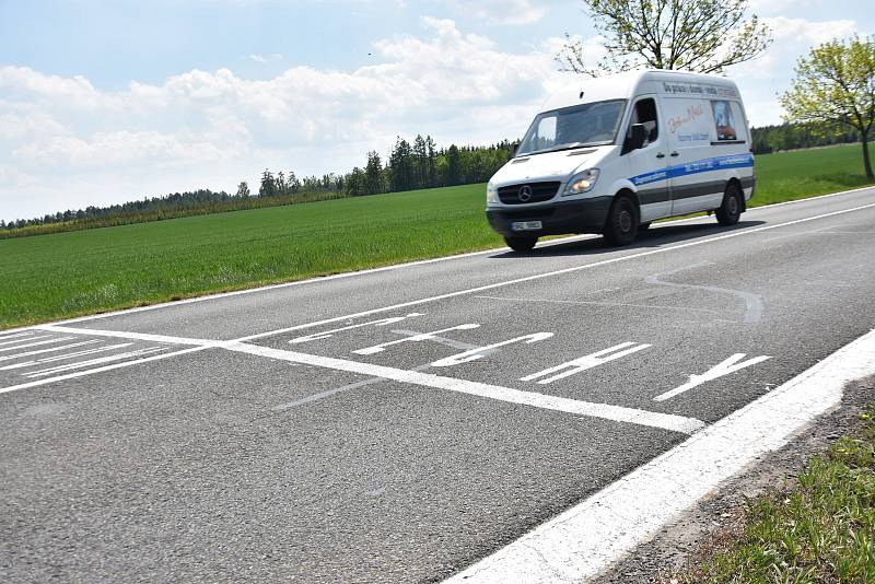 """Čechy a Morava, """"nová"""" hranice na silnicích ve svitavském okrese."""
