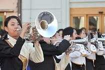 Dechovka a vystoupení mažoretek v podání mládežníků z Japonska v Litomyšli.