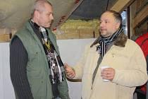 OBEC  KVĚTNÁ  s domem na půli cesty spolupracuje a jejich vztah je založený podle starosty Petra Škvařila (vpravo) na  důvěře a spolupráci.