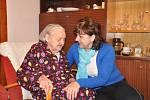 Marii Pakostové přišla ke 104. narozeninám popřát i starostka  Sebranic Lenka Karalová.